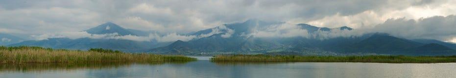 Panorama del lago Prespa fotografia stock
