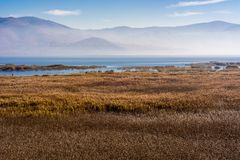 Lago Prespes en Grecia al día de niebla imagen de archivo libre de regalías