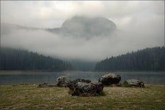 Lago preto mountain com uma floresta Névoa da manhã no nascer do sol imagens de stock royalty free