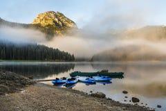 Lago preto no parque nacional de Durmitor com os barcos em Montenegro, Europa Fotos de Stock Royalty Free