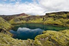 Lago profondo nascosto in cratere ad area di Lakagigar, Islanda di eruzione Immagini Stock Libere da Diritti