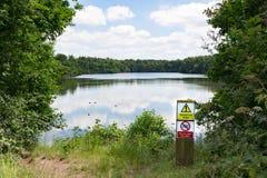 Lago profundo sin la advertencia de la natación Fotos de archivo libres de regalías