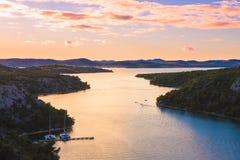 Lago Prokljan en la más sunsest, un lago en el Croacia, situado cerca de las ciudades de Skradin y de Sibenik fotografía de archivo libre de regalías