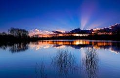 Lago, puesta del sol e hierba, Beaujolais, Francia Foto de archivo libre de regalías