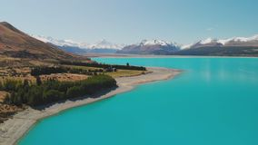 Lago Pukaki, cocinero del soporte con el cielo azul con y las montañas meridionales nevadas, Nueva Zelanda almacen de metraje de vídeo