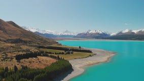 Lago Pukaki, cocinero del soporte con el cielo azul con y las montañas meridionales nevadas, Nueva Zelanda almacen de video