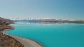 Lago Pukaki, cocinero del soporte con el cielo azul con y las montañas meridionales nevadas, Nueva Zelanda metrajes