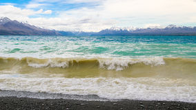 Lago Pukaki no vento no dia nebuloso Fotografia de Stock Royalty Free