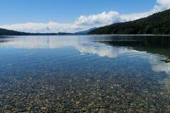 Lago puro hermoso del agua azul Fotos de archivo libres de regalías