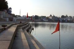 Lago Pushkar com bandeiras vermelhas 2 Imagens de Stock