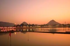Lago Pushkar durante puesta del sol Fotos de archivo