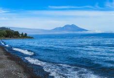 Lago Puyehue e opinião do vulcão fotografia de stock