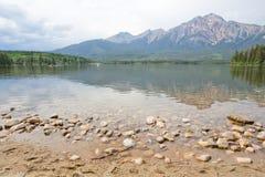Lago pyramid, montagna, Alberta immagini stock libere da diritti