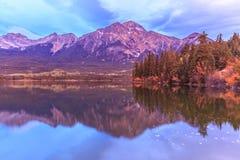Lago pyramid no jaspe, Alberta, Canadá fotos de stock royalty free