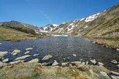 Lago pyrenees de la montaña de Francia y macizo de Carlit imagenes de archivo