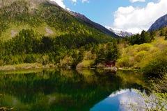 Lago que cerca por montanhas Fotografia de Stock