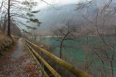 Lago que confina trail Fotos de archivo libres de regalías
