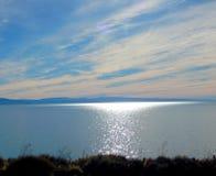 Lago que reflete a luz solar no meio-dia Fotografia de Stock Royalty Free