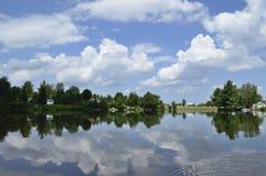 Lago que relecting a nuvem e o céu imagens de stock