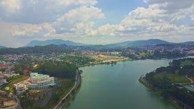 Lago quieto fantástico da vista aérea com a cidade no banco vídeos de arquivo
