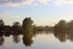 Lago quieto no por do sol Imagens de Stock