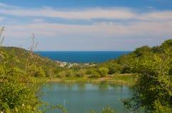 Lago quieto sobre o Mar Negro, Crimeia foto de stock royalty free