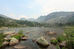 Lago Raduzhnoye Parque natural Ergaki de las montañas de Sayan Krasnoyars foto de archivo