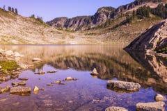Lago raso com rochas Imagens de Stock
