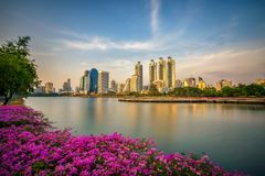 Lago Ratchada situado en el parque de Benjakitti en Bangkok, Tailandia foto de archivo