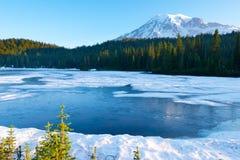 Lago reflection ed il monte Rainier congelati ad alba, supporto Rainier National Park immagini stock