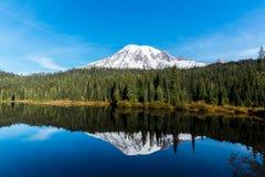 Lago reflection, il monte Rainier Fotografie Stock Libere da Diritti