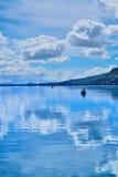 Lago, refletindo o céu Imagem de Stock Royalty Free
