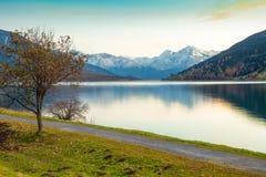Lago Resia al tramonto nelle alpi italiane Fotografia Stock