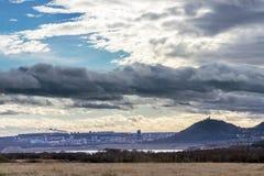 Lago revitalizado mais, castelo de Hnevin, cidade mais, Boêmia norte, república checa fotos de stock royalty free