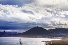 Lago revitalizado mais, castelo de Hnevin, cidade mais, Boêmia norte, república checa imagens de stock