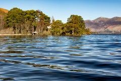 Lago ripple com montanhas imagens de stock