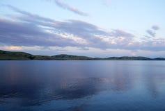 Lago ripple no tempo da noite fotos de stock royalty free