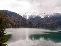 Lago Ritsa entre las altas montañas Imágenes de archivo libres de regalías