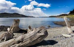 Lago Roca de Terre de Feu avec la neige a couvert des montagnes du Chili Photo stock