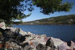Lago rocky Outcrop Overlooking A imagem de stock