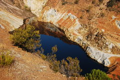 Lago rojo hermoso, drenaje de mina ácido. Imagen de archivo libre de regalías