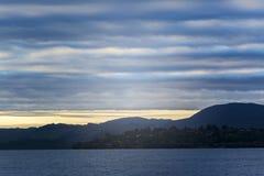 Lago Rotorua no nascer do sol nebuloso, Nova Zelândia Fotografia de Stock Royalty Free