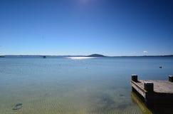 Lago Rotorua Prichal En alguna parte en Nueva Zelandia Fotos de archivo libres de regalías