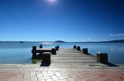 Lago Rotorua Prichal En alguna parte en Nueva Zelandia Fotos de archivo