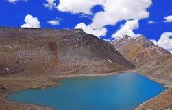 Lago sacro di Chandra Tal nel deserto ad alta altitudine della montagna dell'Himalaya Fotografia Stock