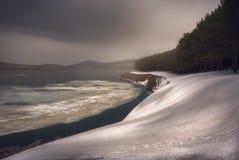 Lago Saghamo en Georgia, el Cáucaso Estación del invierno fotos de archivo libres de regalías