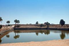 Lago sagrado en el territorio del templo de Karnak en Egipto fotografía de archivo libre de regalías