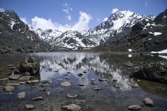 Lago sagrado nos Himalayas Nepal Fotografia de Stock Royalty Free