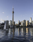 Lago sailboat del horizonte de Toronto fotografía de archivo
