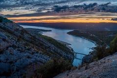 Lago Sainte Croix en la puesta del sol imagen de archivo